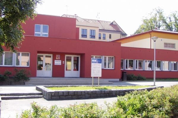 2009 Nová fasáda a okna na přístavbě ZŠ